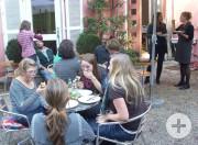 Mittagspause auf der Terrasse des Fi-Cafés